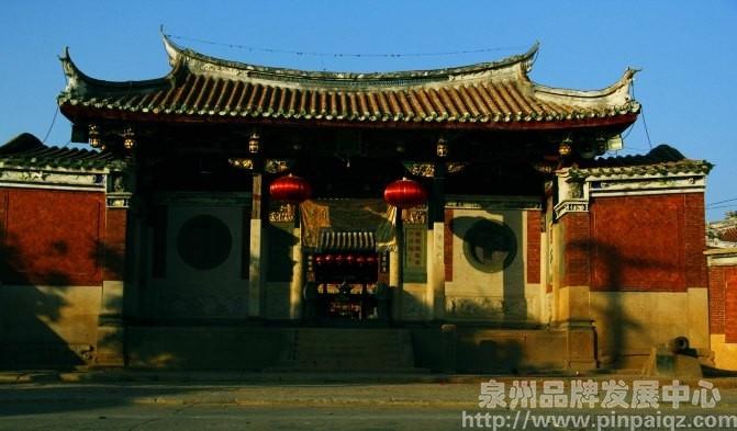 殿前有檐楼,抬梁式木结构.前后殿均为重檐歇山式屋顶,余为单檐歇山顶.